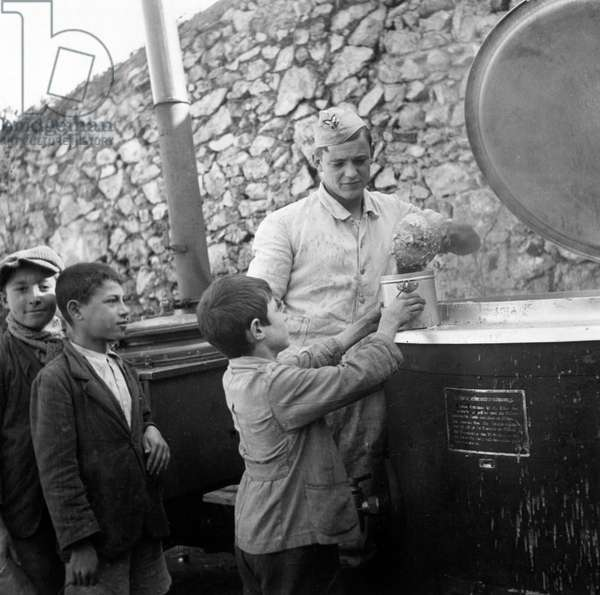 Three Italian children and a German soldier