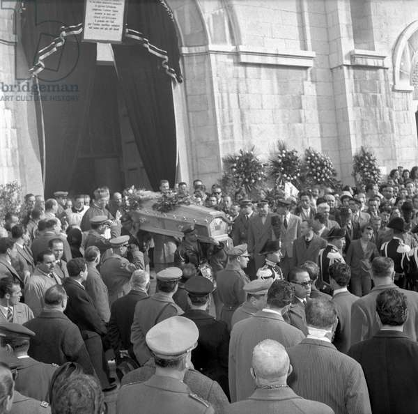 Men carrying the coffin of a victim of the accident of Marcinelle, Manoppello, Italy