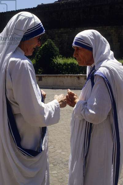 Mothe Teresa of Calcutta speaking with a sister, Vatican, 1980 (photo)