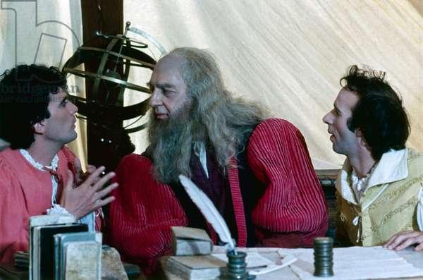 Italian actor and director Massimo Troisi talking to Italian actor Paolo Bonacelli as Leonardo Da Vinci in a scene from the film Non ci resta che piangere. Italian actor and director Roberto Benigni watching them. 1984