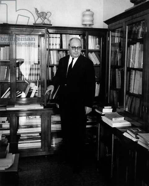 Giuseppe Saragat beside the bookcase, 1962 (b/w photo)