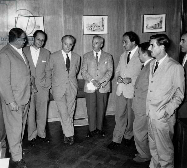 William Faulkner, Dino Falconi, Gianni Baldi, Enzo Biagi, Alfredo Panicucci, Mino Monicelli, Tommaso Giglio e Alfonso Gatto at the Epoca newsroom