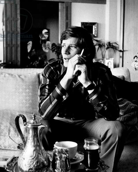 Peter Strauss with a cigarette in his hand, 1971 (b/w photo)