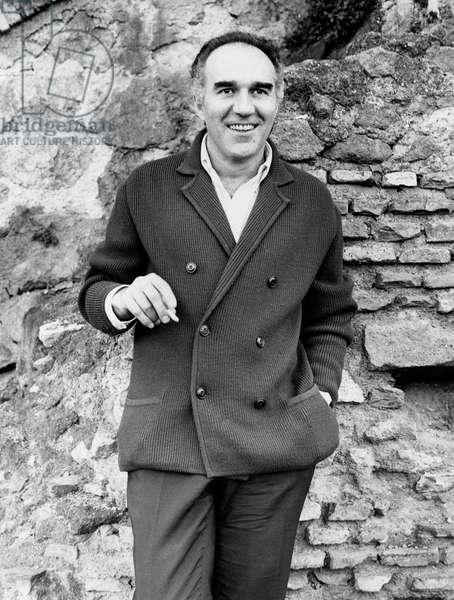 Michel Piccoli posing