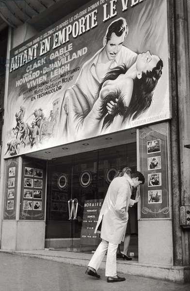 Anthony Perkins on a street (b/w photo)