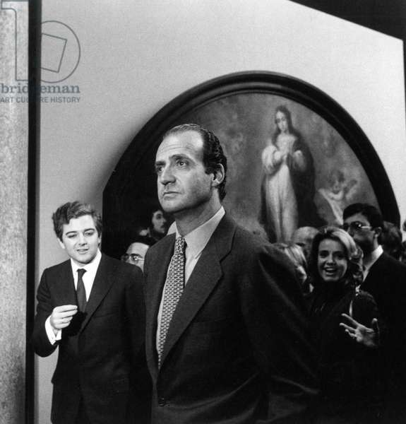 The King Juan Carlos I of Spain pausing to look at a painting. 1980s (b/w photo)
