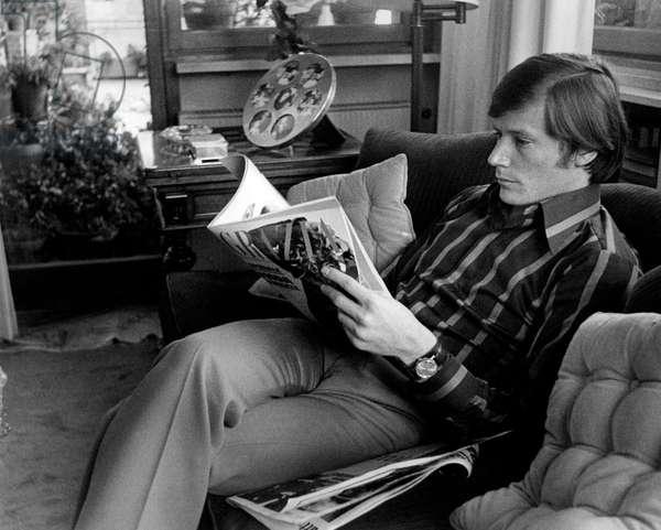 Peter Strauss reading, 1971 (b/w photo)