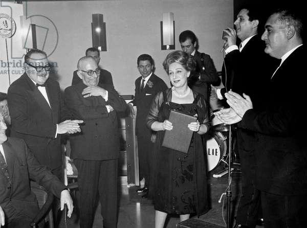 Andreina Pagnani with the Cassaforte d'Oro Prize beside Mario Landi, Arnoldo Mondadori and Lucio Flauto, Bergamo, Italy