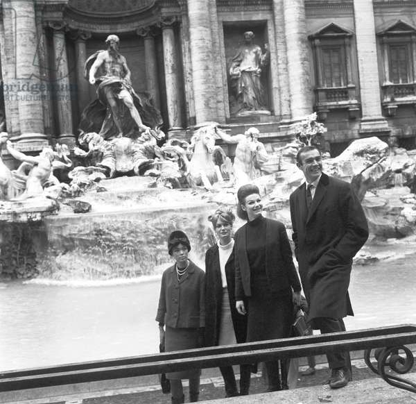 Sean Connery, Evanne Gillian, Seyn Seyna, Olivia Hill in front of Trevi Fountain, 1963 (b/w photo)