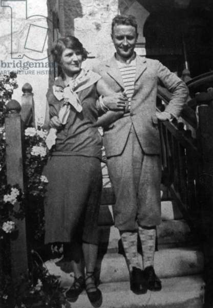 Zelda Sayre and Francis Scott Fitzgerald arm in arm