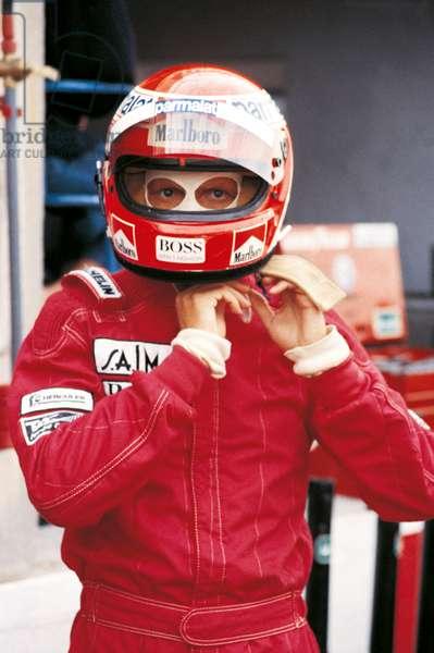 Niki Lauda fastening the helmet