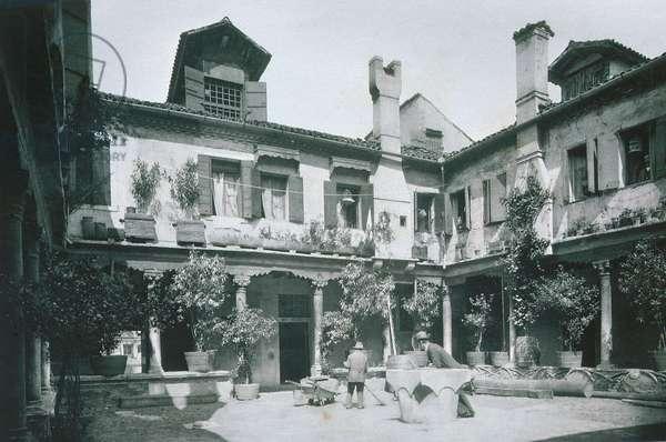 Venetian courtyard (b/w photo)