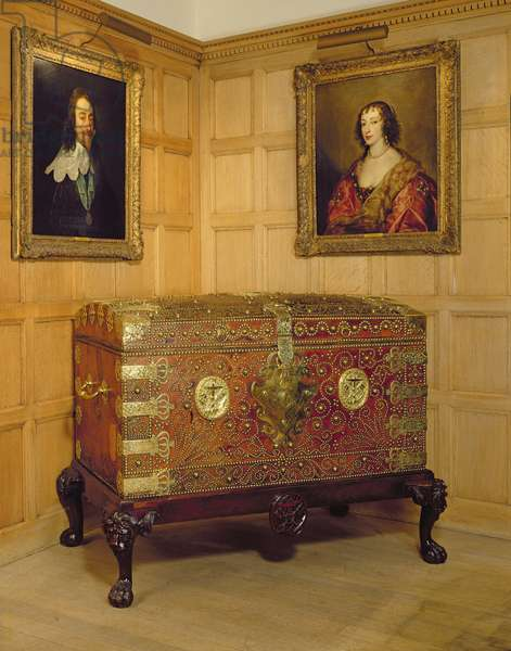 Portraits of Charles I and his wife Henrietta Maria and an admiralty chest (photo)