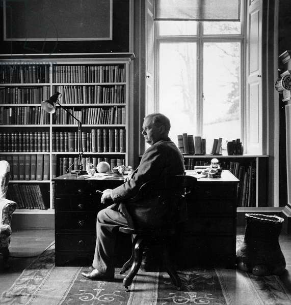 Evelyn Waugh in his study, 1959 (photo)
