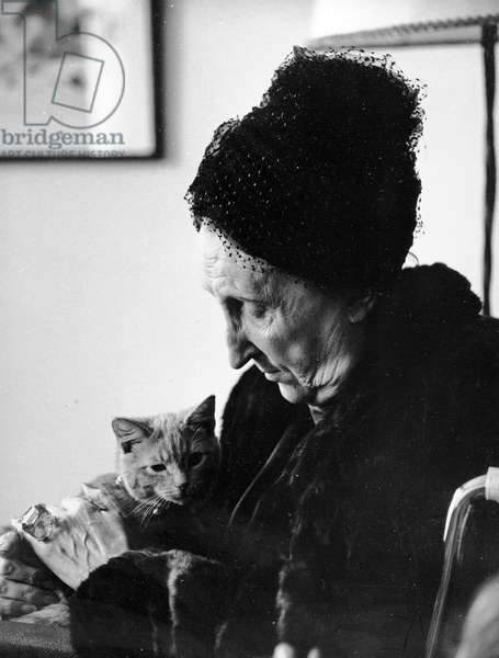 Dame Edith Sitwell, with her cat Leo, 1962 (photo)