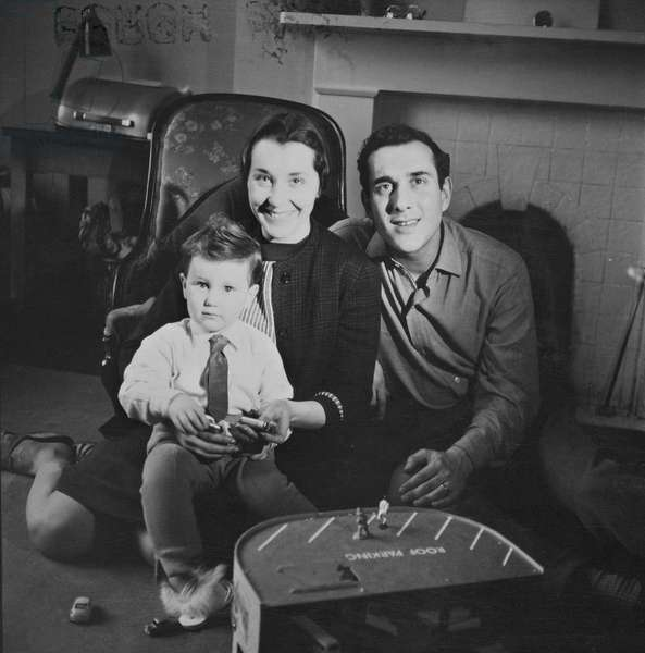 Harold Pinter and Vivien Merchant and their son Daniel in 1960 (photo)