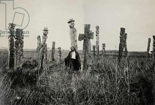 Rezo en el cemeterio, Araucano, Chile (gelatin silver print)