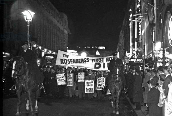 """""""The Rosenbergs Must Not Die!"""", Piccadilly, London, UK, 1953 (b/w photo)"""
