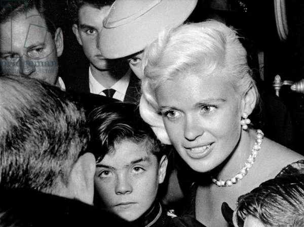 Jayne Mansfield with Bellhop and showbiz folk, Dorchester Hotel, London, UK, 1957 (b/w photo)