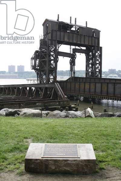 69th St. Transfer Bridge Monument, Hudson River, New York, USA (photo)