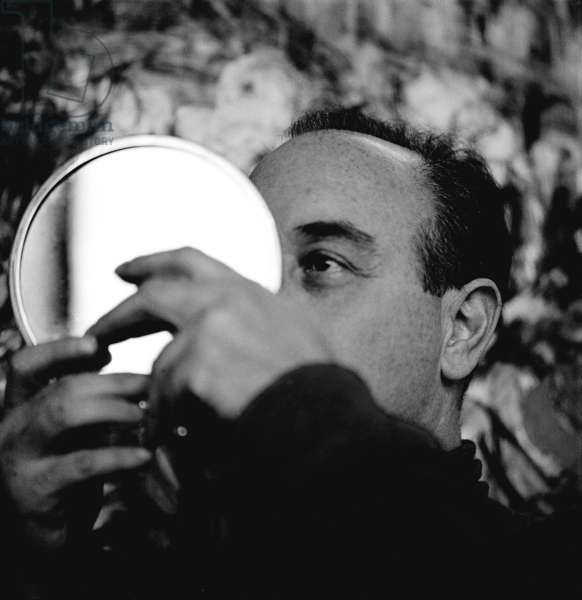Feliks Topolsky viewing his work through a mirror to gain perspective, London, UK, 1958 (b/w photo)