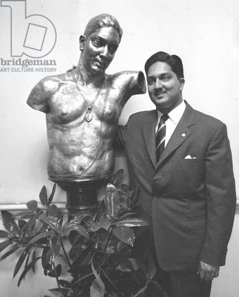 Gaekwar of Baroda with bronze bust by sculptor Fredda Brilliant, London, UK, 1959