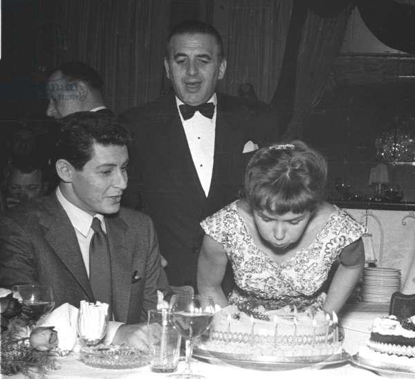 Eddie Fisher, Debbie Reynolds and birthday cake, Embassy Club, London, UK, 1958 (b/w photo)
