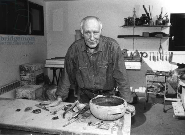 Pouchain (potter painter (god) (b/w photo)