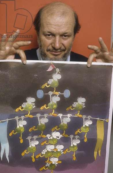 Lucca, 1984. Argentinian cartoonist Guillermo Mordillo holding one of his drawing/Lucca, 1984. Il disegnatore di fumetti Guillermo Mordillo mostra uno dei suoi disegni -