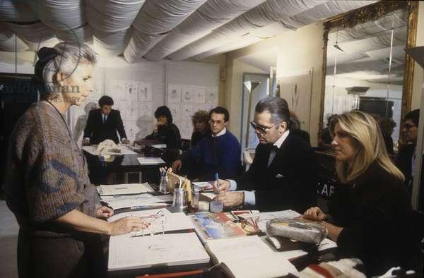 Rome, 1986. Karl Lagerfeld at work in the Fendi Atelier to design the new collection of Fendi furs/Roma, 1986. Lo stilista Karl Lagerfeld al lavoro nell'Atelier Fendi per realizzare la nuova collezione di pellicce Fendi -