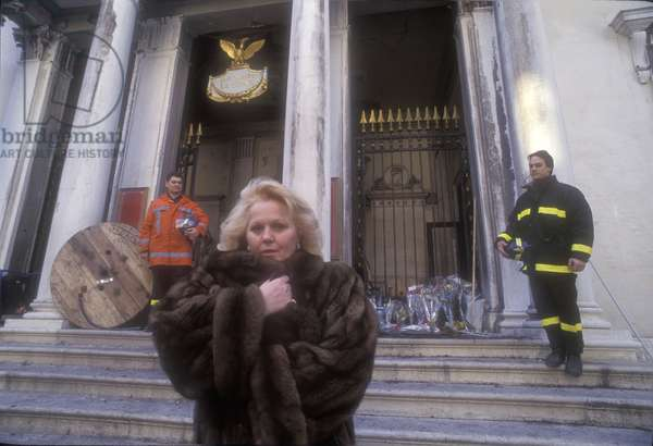 Venice, 1996. Italian soprano Katia Ricciarelli in front of la Fenice Theater after the fire/Venezia, 1996. Il soprano Katia Ricciarelli davanti al Teatro La Fenice dopo l'incendio-