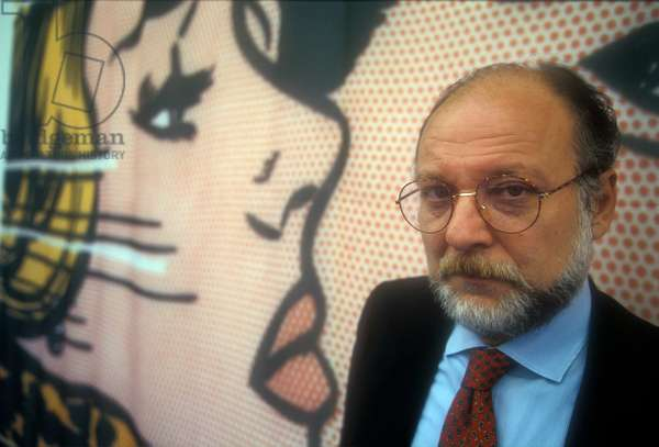 Turin, 1995. Italian jpurnalist Vittorio Zucconi in front of a Roy Lichtenstein's work (photo)