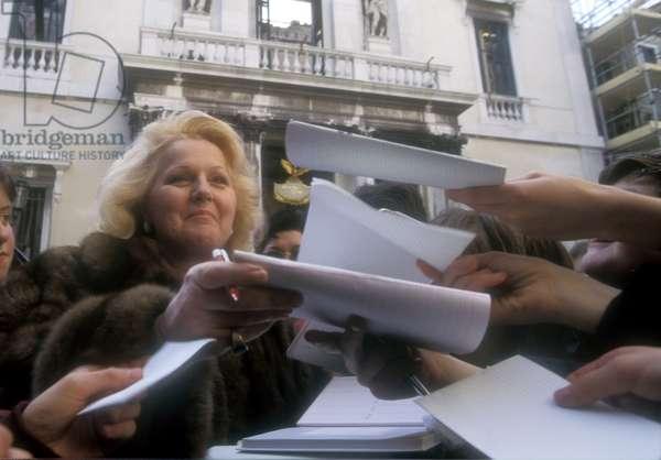 Venice, 1996. Italian soprano Katia Ricciarelli signing autographs in front of the Fenice Theater after the fire/Venezia, 1996. Il soprano Katia Ricciarelli firma autografi davanti al Teatro La Fenice dopo l'incendio-