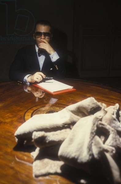 Rome, 1986. Karl Lagerfeld at work to design the new collection of Fendi furs/Roma, 1986. Lo stilista Karl Lagerfeld al lavoro per realizzare la nuova collezione di pellicce Fendi -