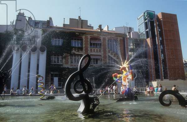 Paris, 1989. The Stravinsky Fountain, created by Jean Tinguely and Niki de Saint Phalle in 1983, between the Centre Pompidou and the Church of Saint-Merri (Beaubourg area)
