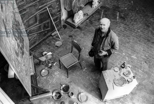 Rome, 1980. Italian artist Pietro Consagra in his studio/Roma, 1980. L'artista Pietro Contagra nel suo studio -