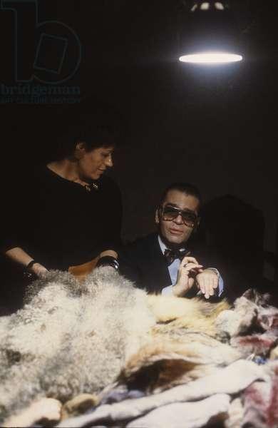 Carla Fendi and Karl Lagerfeld at work as a fur designer for Fendi sisters in their atelier, Rome about 1980/Carla Fendi con Karl Lagerfeld mentre lavora alla collezione di pellicce delle sorelle Fendi nel loro atelier, Roma 1980 -