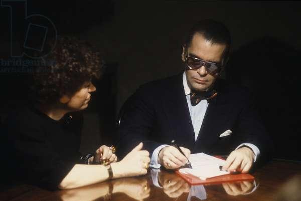 Rome, 1986. Carla Fendi and Karl Lagerfeld at work to design the new collection of Fendi furs/Roma, 1986. Carla fendi e Karl Lagerfeld al lavoro per realizzare la nuova collezione di pellicce Fendi -