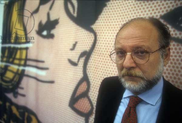 Turin, 1995. Italian jpurnalist Vittorio Zucconi in front of a Roy Lichtenstein's work/Torino, 1995. The giornalista Vittorio Zucconi davanti a un'opera by Roy Lichtenstein -