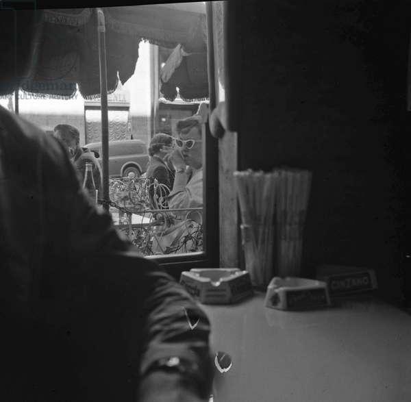 Rome, 13-08-1956 Actress Bette Davis sitting outside a coffee bar/Roma 13-08-1956 L'attrice Bette Davis seduta al tavolino di un bar - Marcello Mencarini Historical Archives