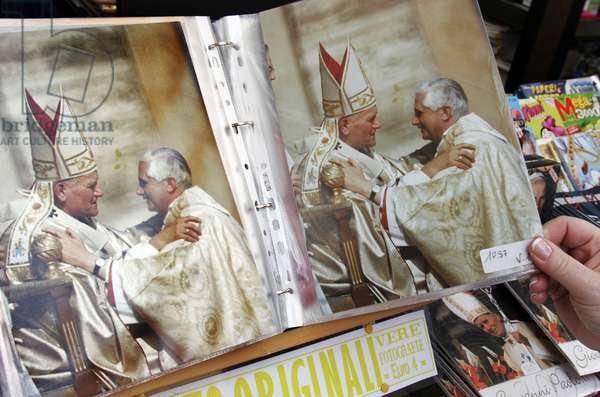 Pope souvenirs: picture of KAROL WOJTYLA (Pope Giovanni Paolo II) and JOSEPH RATZINGER (Pope Benedict XVI). Vatican, Rome. 23 April 2005/KAROL WOJTYLA (Papa Giovanni Paolo II) e JOSEPH RATZINGER (Papa Benedetto XVI). San Pietro, Vaticano, Roma. 23 aprile 2005 (photo, rosari, gadgets) -