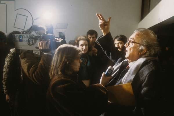 Rome, Cinecittà  Studios, March 1985. Director Federico Fellini surrounded by the journalists at the press conference for his movie
