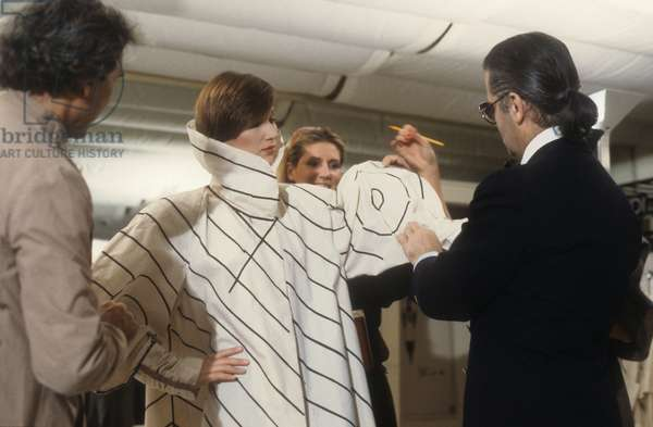 Rome, 1986. Karl Lagerfeld at work in the Fendi Atelier to design the new collection of Fendi furs (photo)