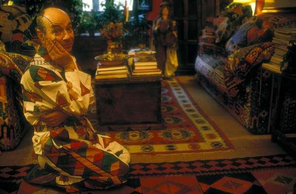 Rome, 1993. British choreographer and dancer Lindsay Kemp in his house/Roma, 1993. Il coreografo e ballerino Lindsay Kemp nella sua casa -