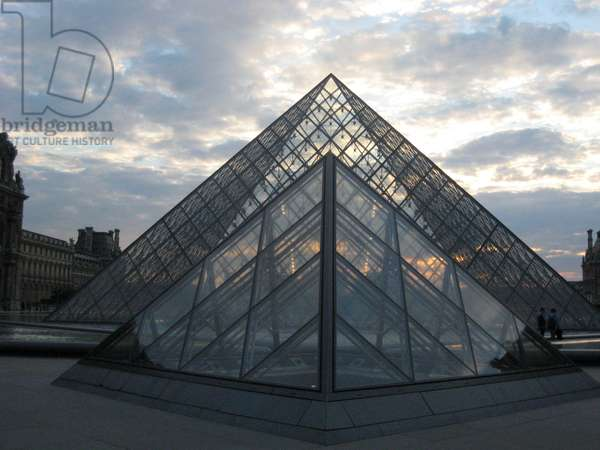 Paris, Pyramid by architect Ieoh Ming Pei in front of the Louvre Museum