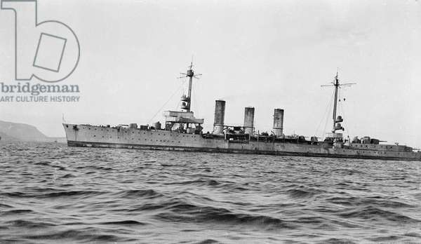 Light cruiser 'Karlsruhe' (Ge, 1916) at anchor in Scapa Flow with topmasts lowered, stern out of picture.