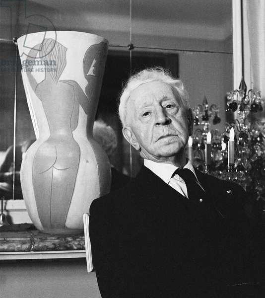 Arthur Rubinstein with Pablo Picasso vase, 1976 (b/w photo)