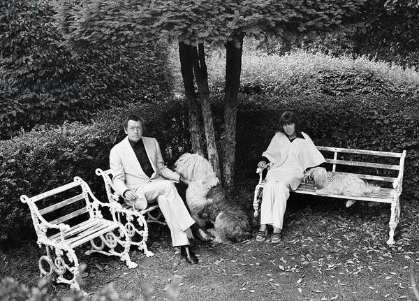 Mary Quant with husband Alexander Plunket Greene on benches, 1976-77 (b/w photo)