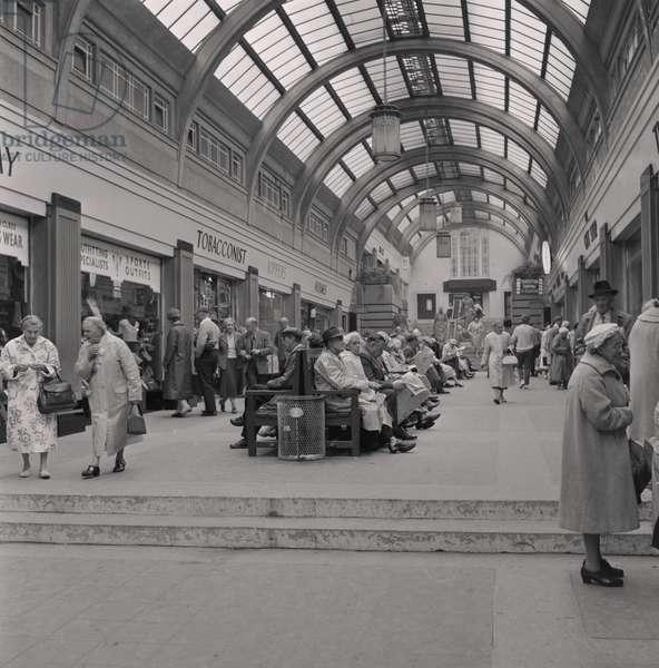 Visitors under the arcade, Douglas, September 1961 (b/w photo)