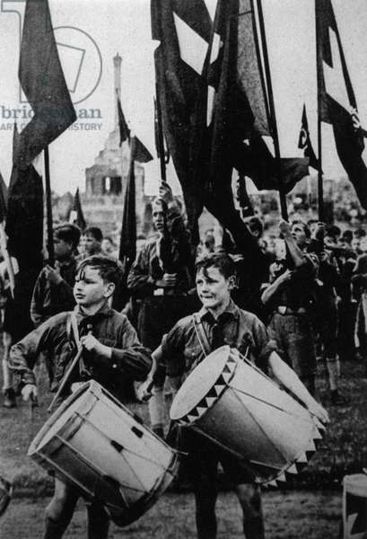 HITLER YOUTH/WITH DRUMS